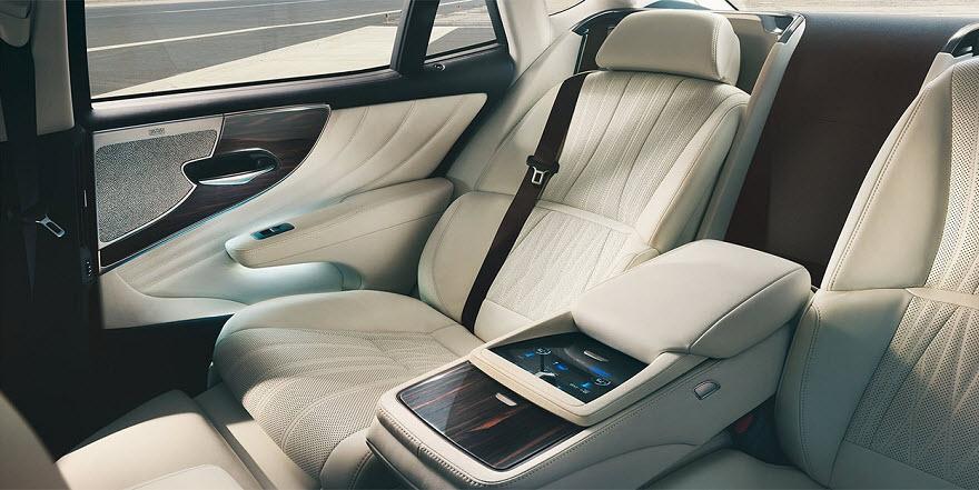 салон нового Lexus LS 2017